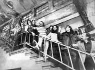 Bildende und musizierende Künstler auf der Treppe, die zum Schacht 3 führt, 1974